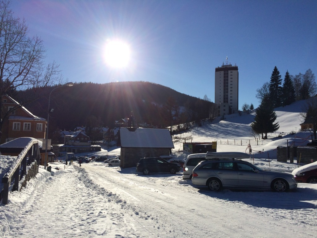 słoneczny dzień w Pec Pod Śnieżką w Czechach