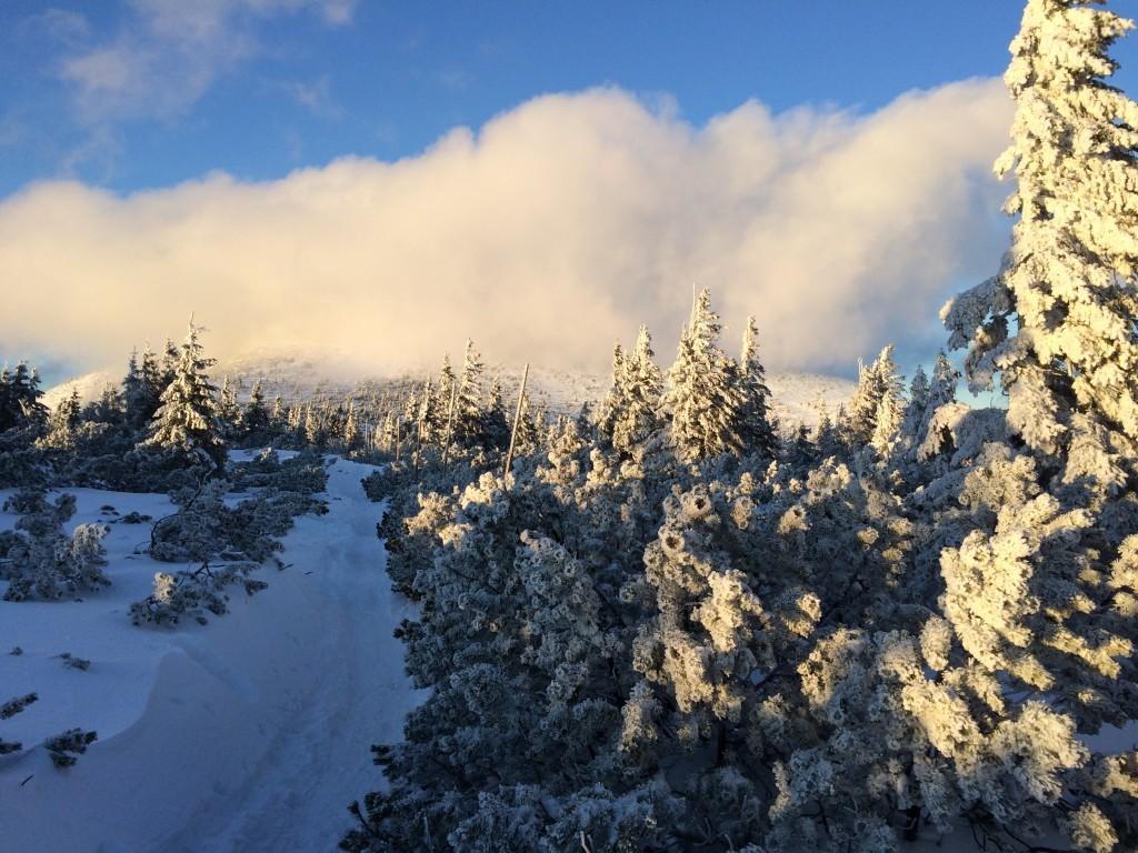 Droga na Śnieżkę w słoneczny dzień