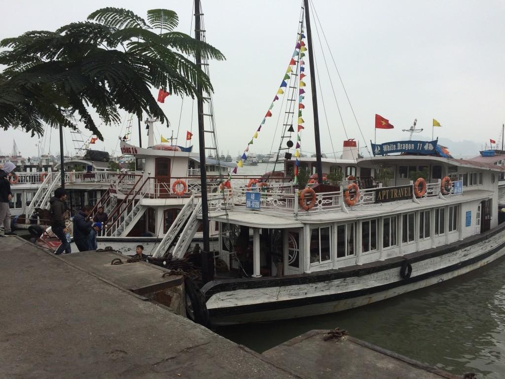 Takimi łodziami odbywają się rejsy nad zatokę Ha Long Bay
