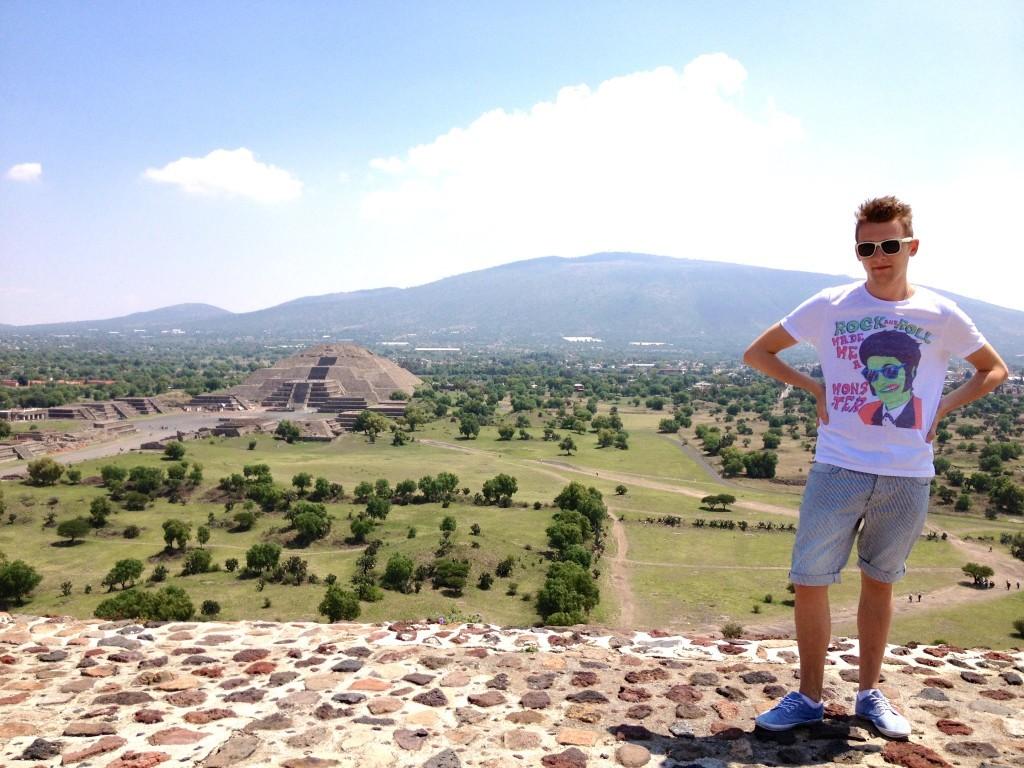 Meksyk Teotihuacan - widok z Piramidy Słońca, w tle widać Piramidę Księżyca