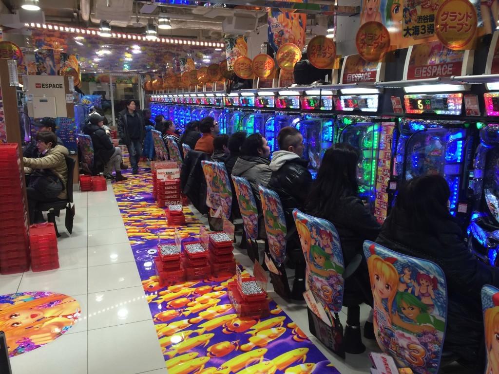 Japończycy uwielbiają grać na automatach od rana do wieczora.