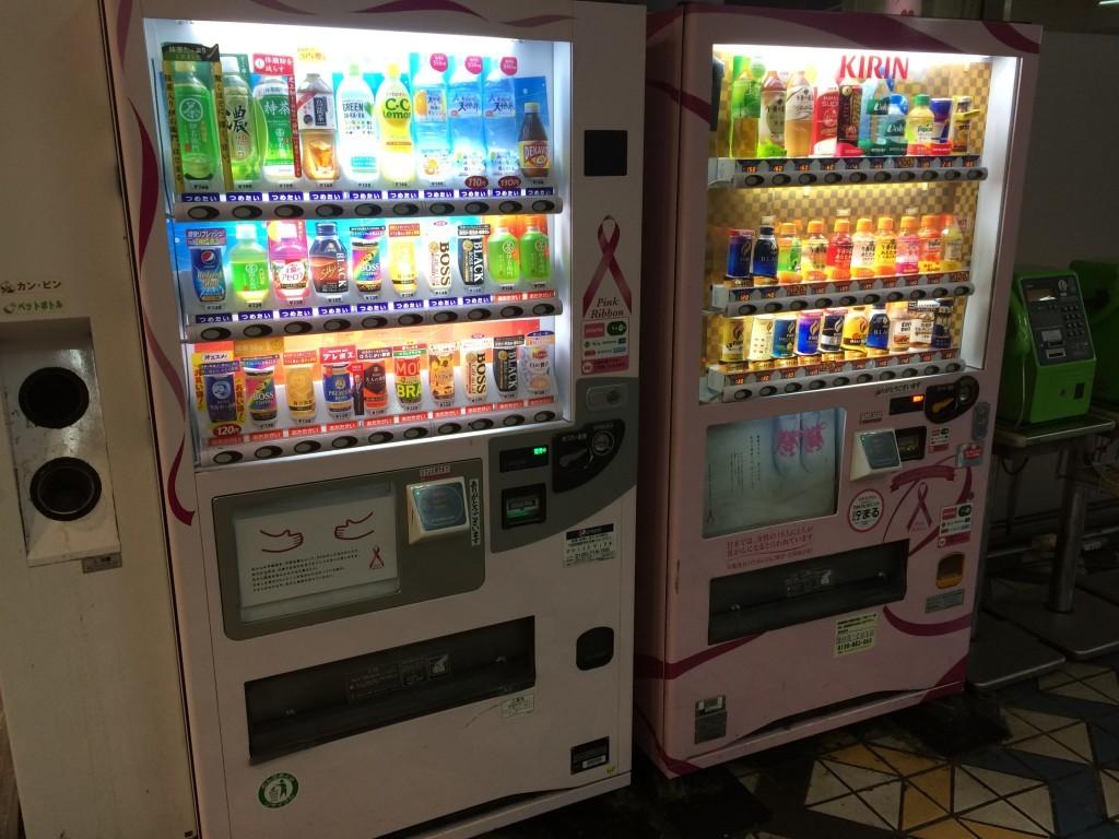 Wszechobecne automaty z napojami na ciepło i na zimno.
