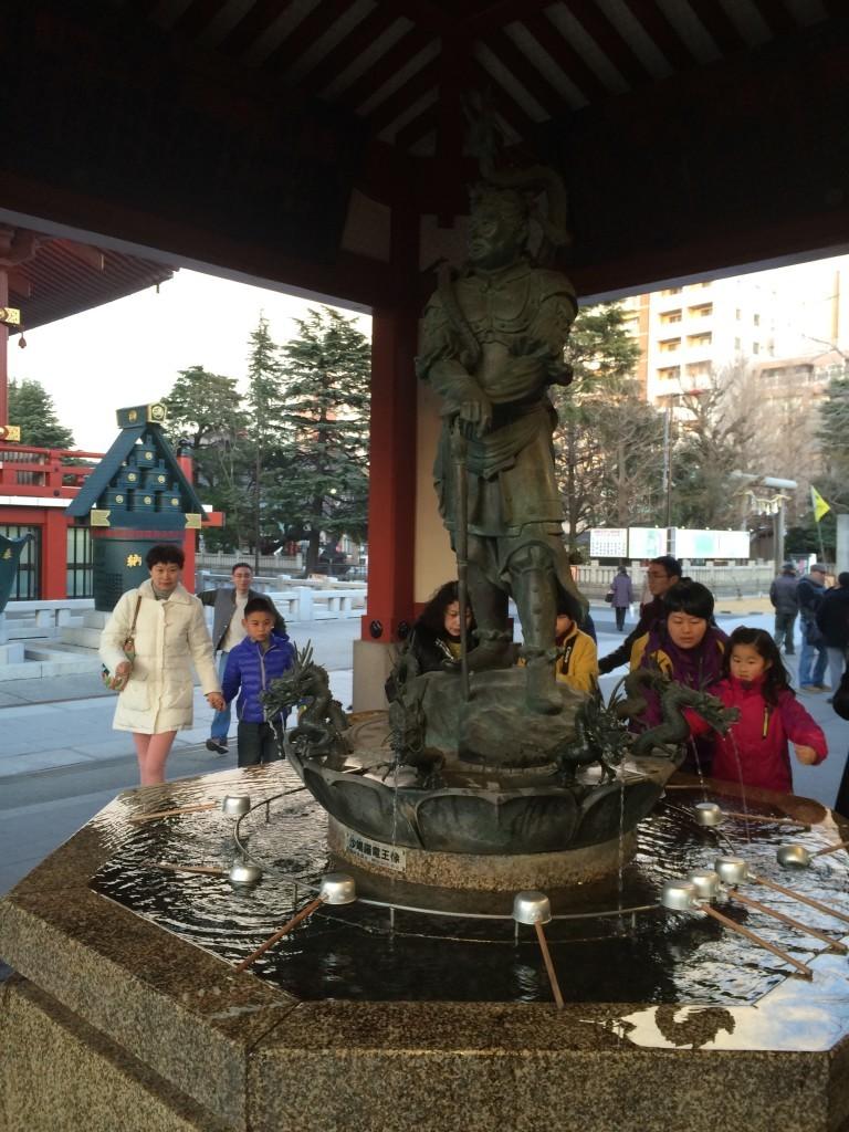 W tej fontannie przemywając ręce - oczyszczamy z grzechów swoje ciało.
