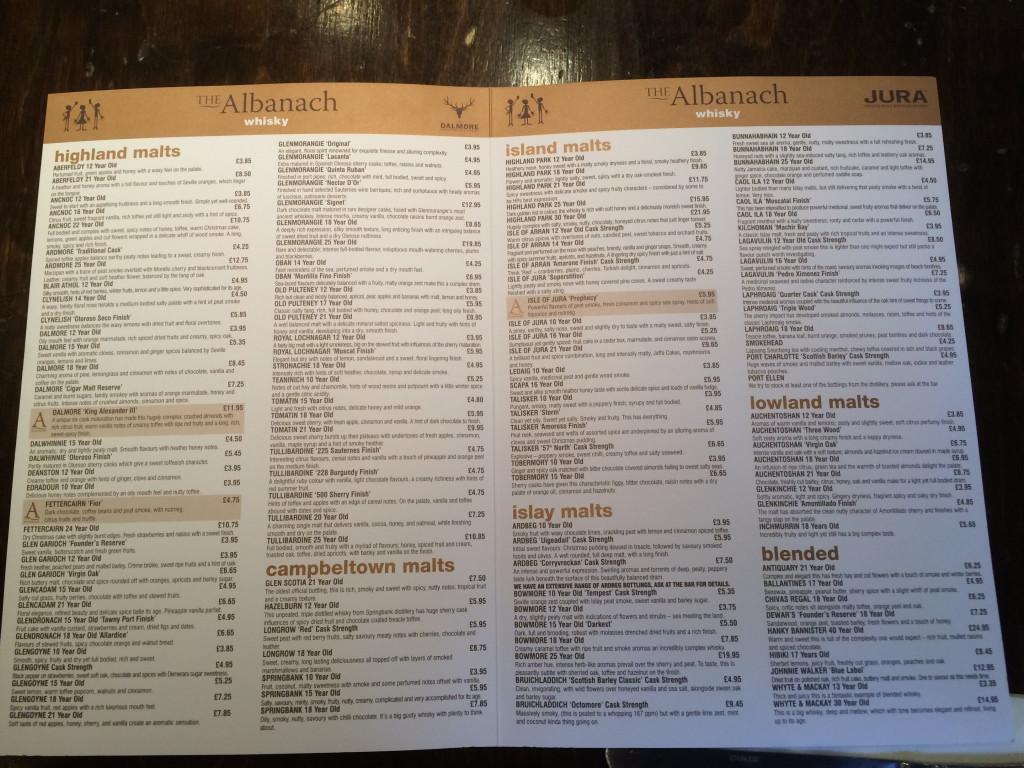 Ceny ponad 220 rodzajów whisky sprzedawanych w pubie Albanach.