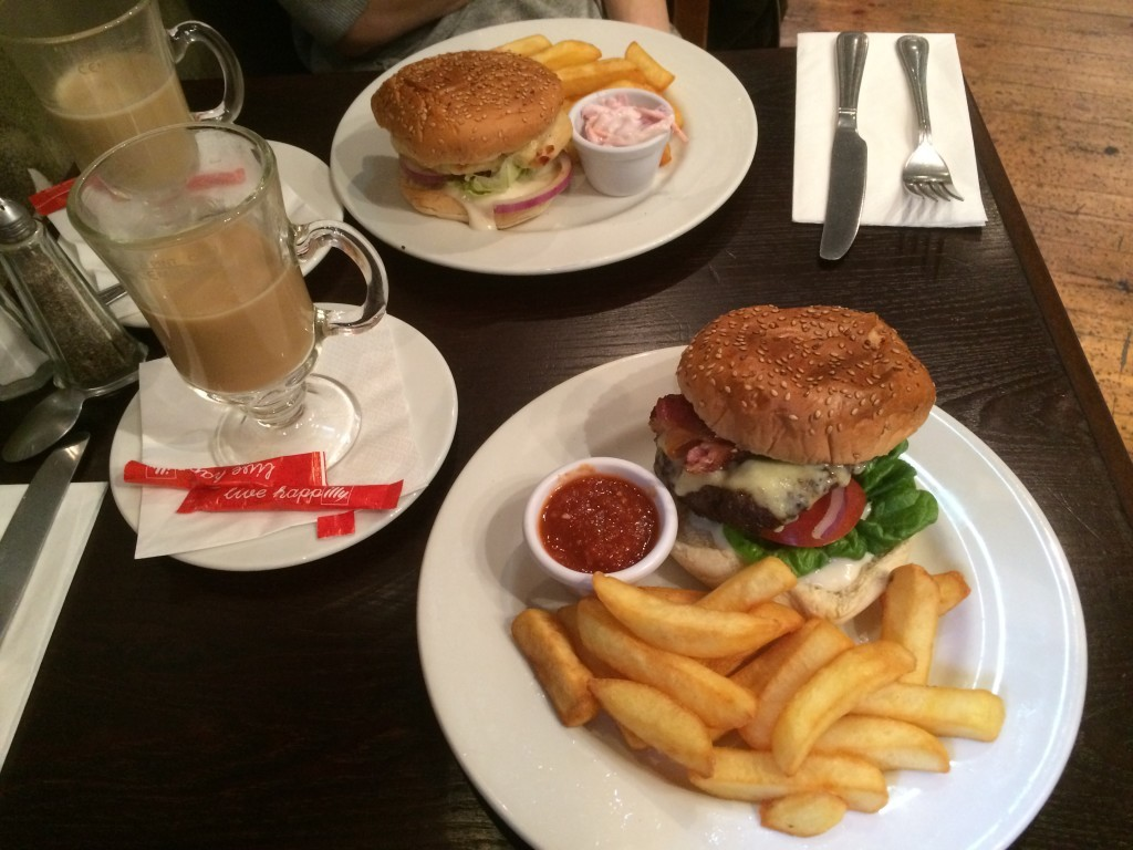 Bardzo smaczne burgery w pubie Albanach