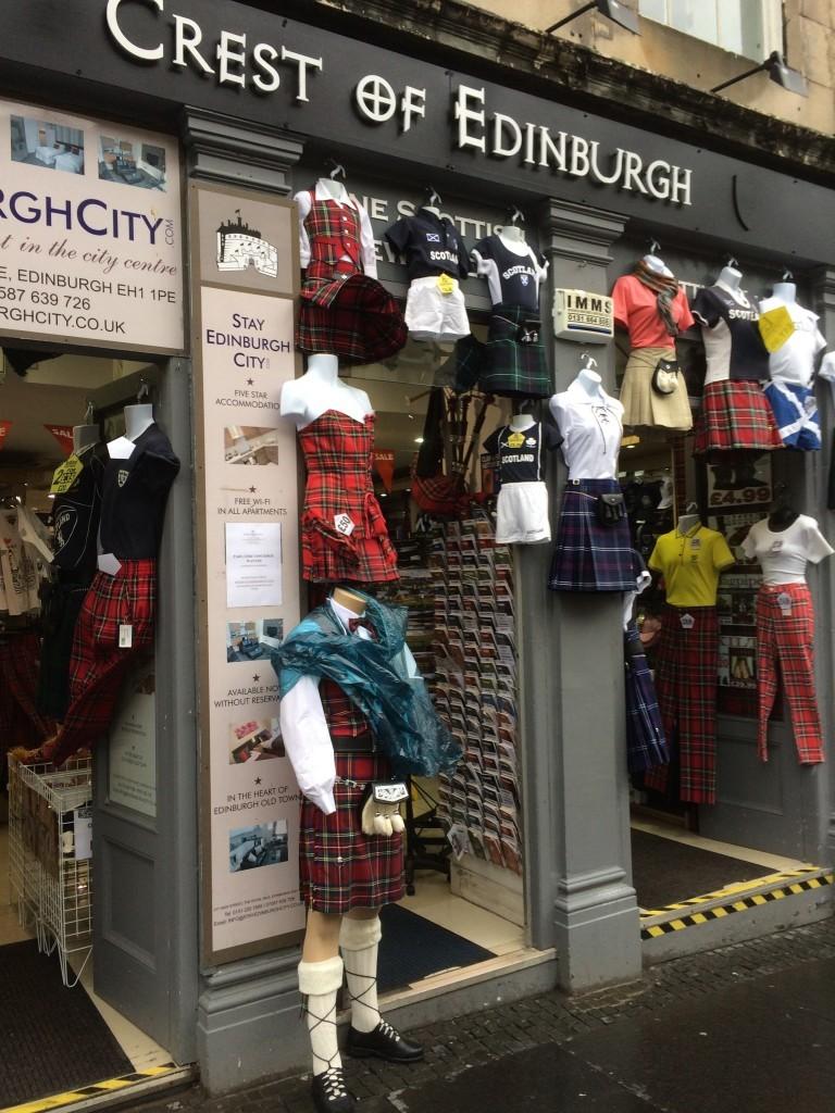 Każdy może sobie kupić szkocki strój narodowy.