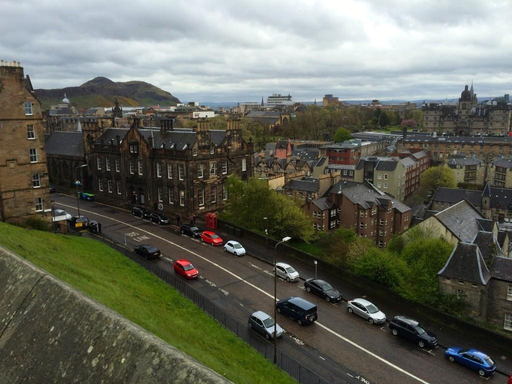 Widok z placu przed zamkiem, w tle widać Górę Artura.