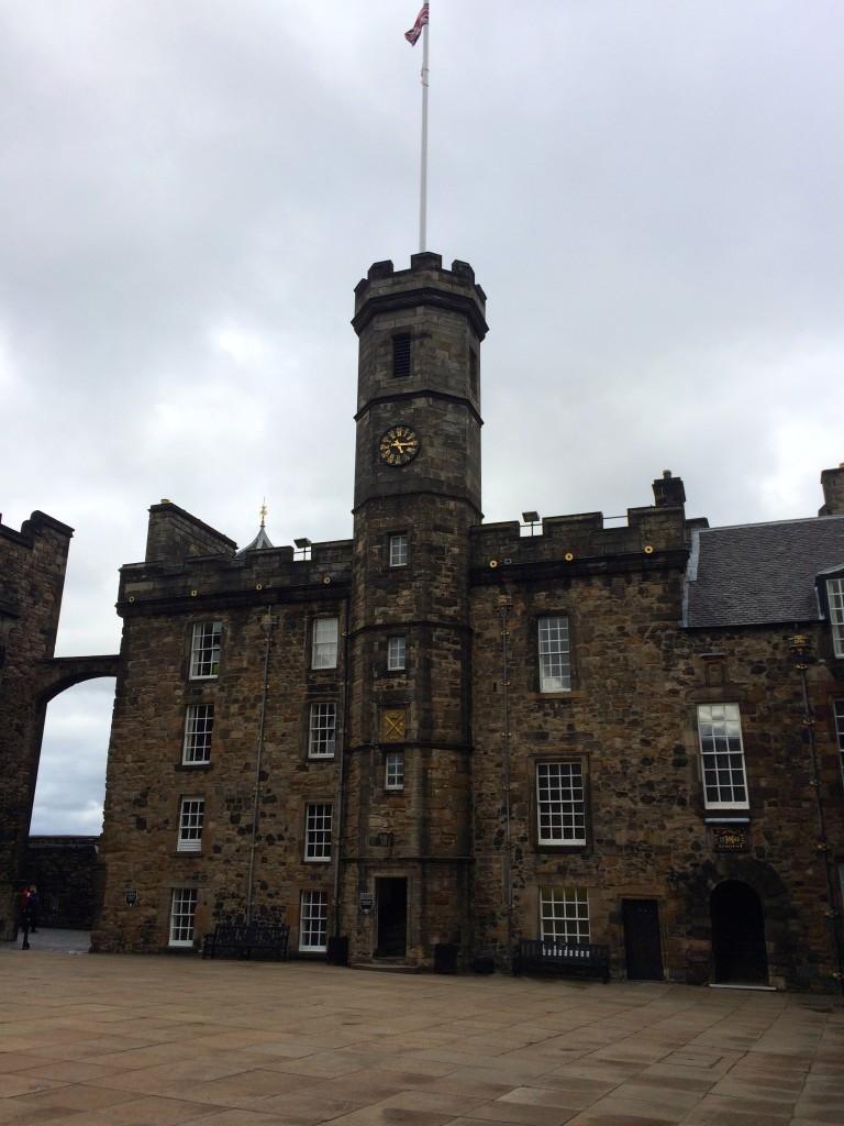 Insygnia Koronacyjne - wewnątrz znajdują się szkockie klejnoty koronne.