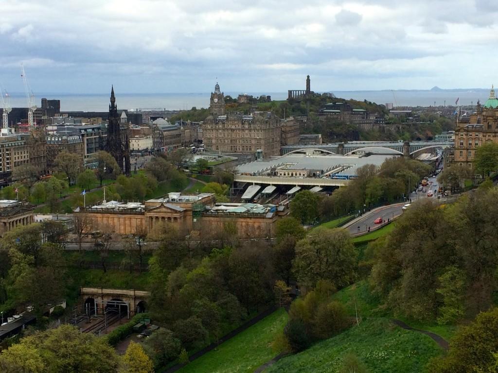 Widok z zamku na głowny dworzec kolejowy oraz w oddali za nim - wzgórze Calton Hill