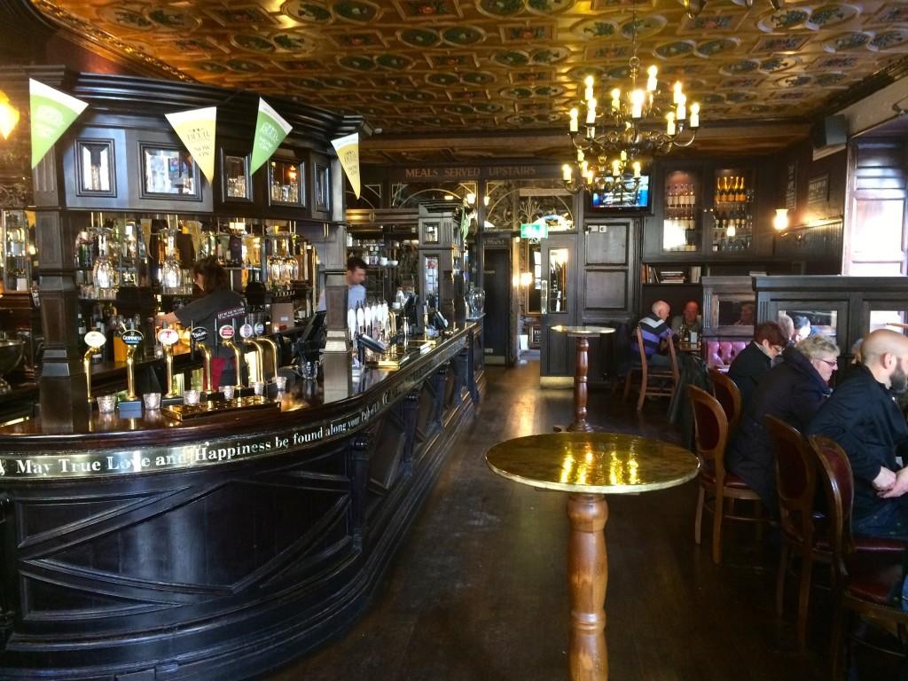 Wewnątrz jednego z szkockich pubów.