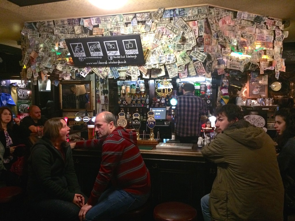 Wewnątrz pub'u The World's End