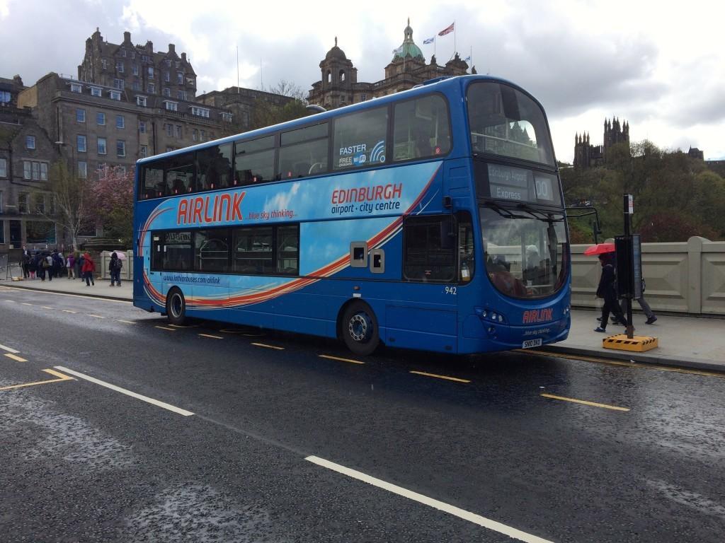 Ekspresowy bus pomiędzy lotniskiem a centrum miasta.