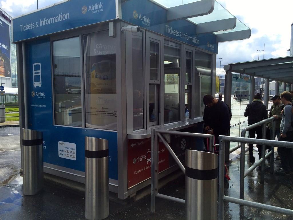 Tutaj możemy kupić bilety na ekspresowy bus z lotniska do centrum.