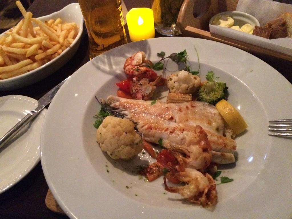 Sea Bass wraz z krewetkami i warzywami grillowanymi.