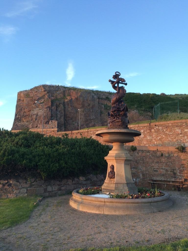 Skała Mount Bingham na której wierzchołku wybudowany został Napoleoński Fort Regent