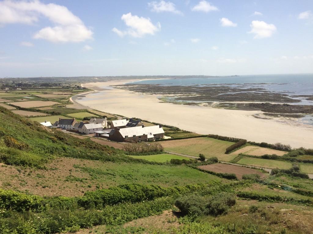 8 kilometrowa plaża St. Quen's Bay w całej okazałości.