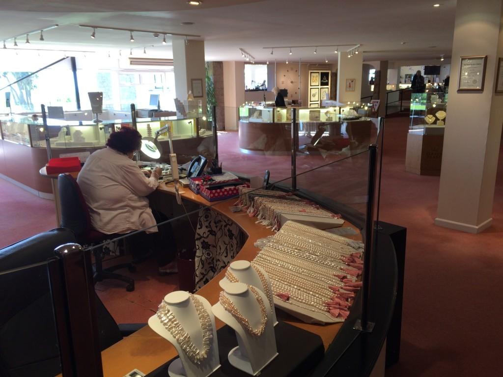 Wewnątrz sklepu jubilerskegoi Jersey Pearl