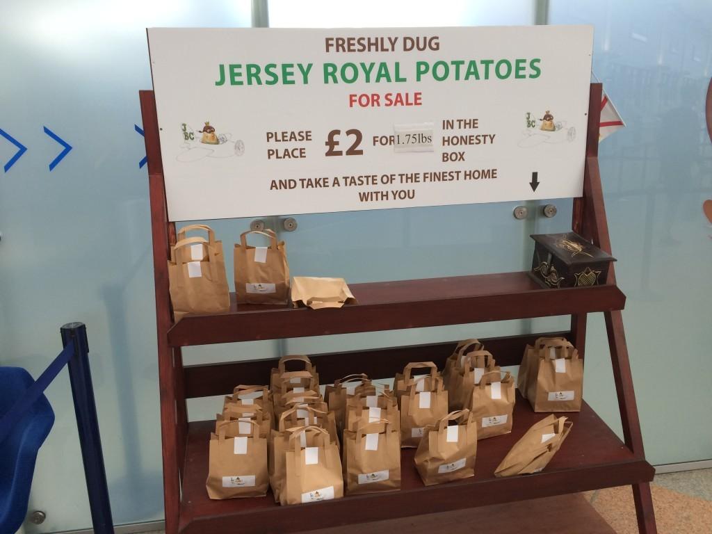 Każdy może sobie kupić słynne ziemniaczki tuż przed odprawą.