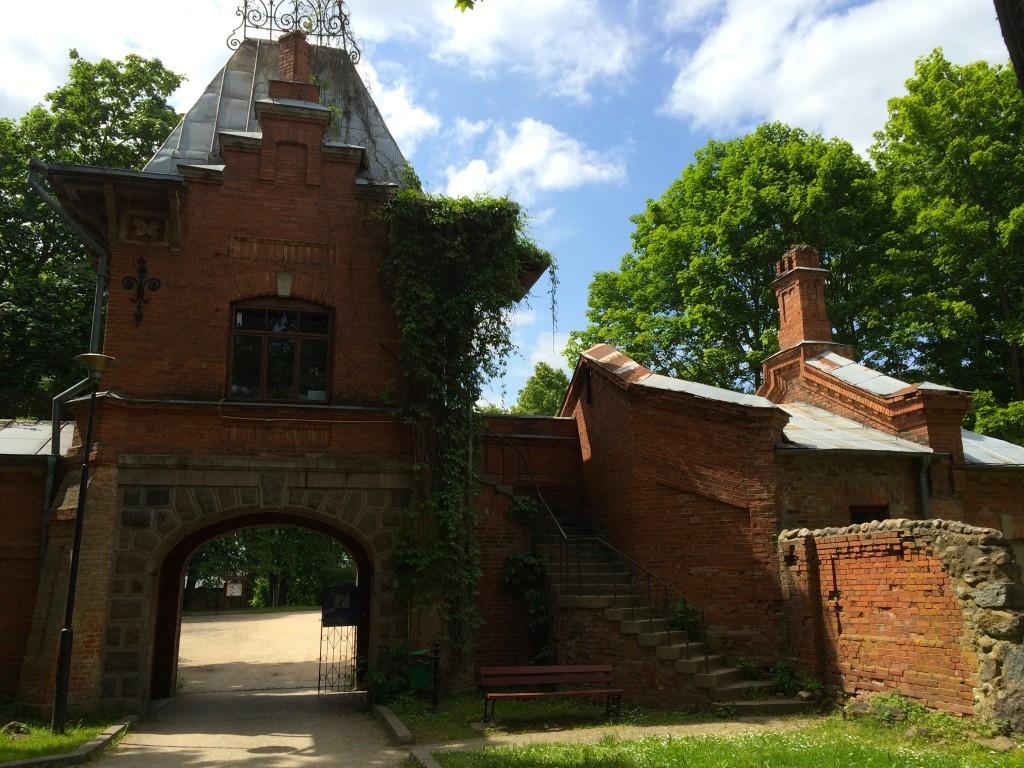 Brama pałacowa z czasów rezydencji carskiej
