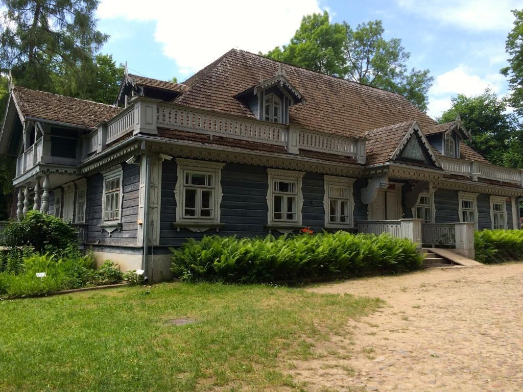 Najstarszy zachowany budynek w Białowieży - Park Pałacowy