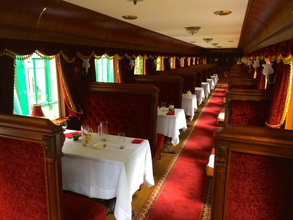 Zabytkowe wnętrze jednego z wagonów, które dzisiaj służy również jako część restauracyjna