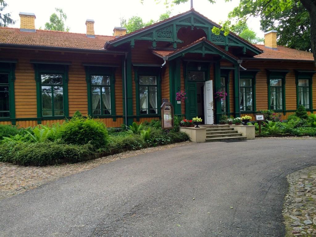 Główne wejście do Restauracji carskiej - kiedyś ten budynek pełnił funkcję dworca kolejowego