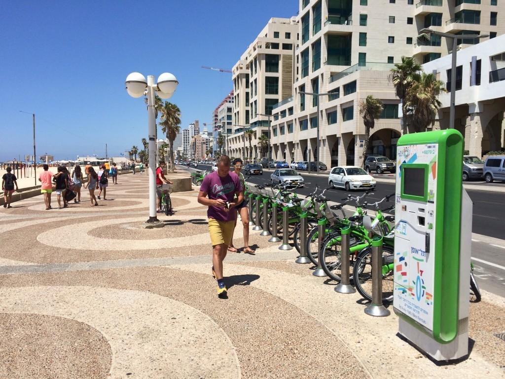 Główna promenada w Tel Awiwie i stacja wypożyczenia rowerów