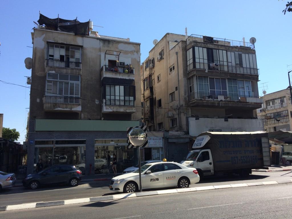 Tel Awiw to nie tylko modernistyczne budynki, ale także zwykłe domki, których jest bardzo dużo