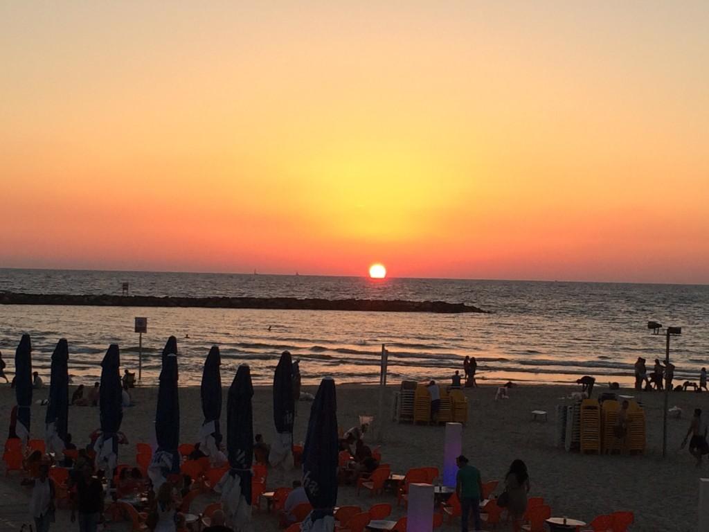 """Przepiękny zachód słońca, które w ciągu kilku minut""""topi się"""" w Morzu Śródziemnym"""