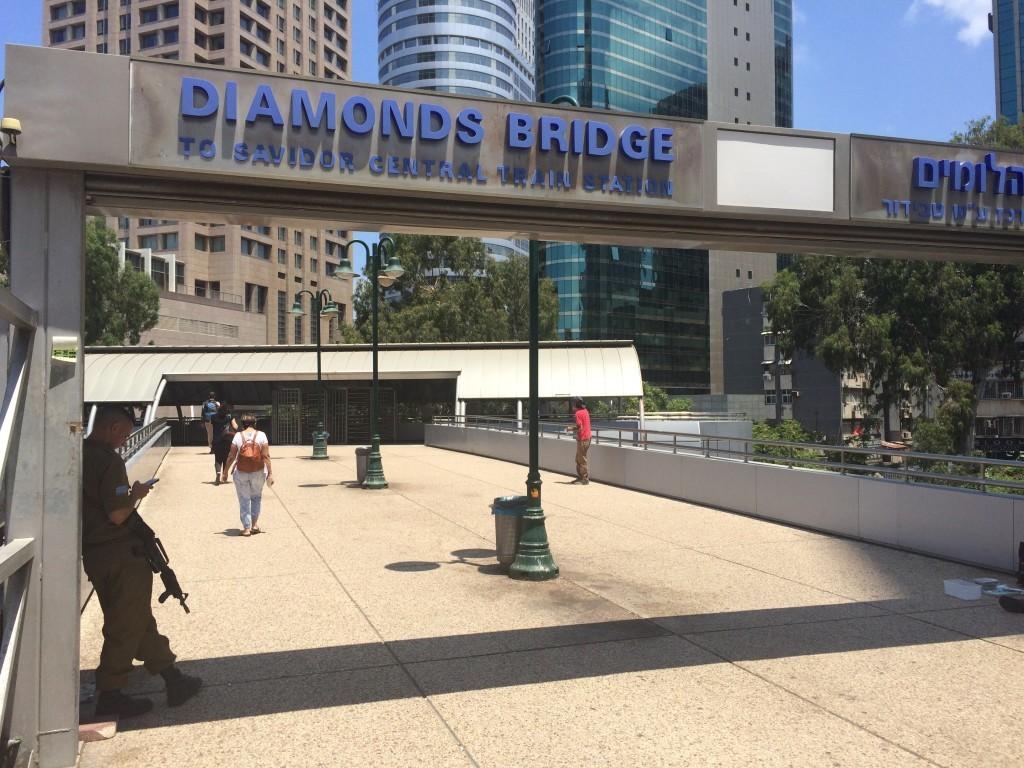 Żołnierz z karabinem pilnujący przejścia mostem Diamonds