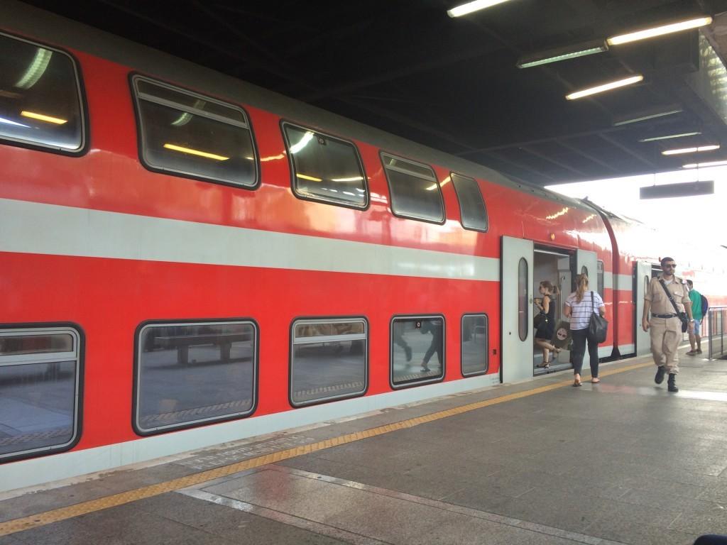 Takie dwupiętrowe pociągi kursują na lotnisko z centrum miasta.