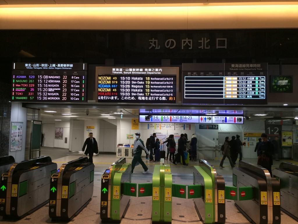 Tak wyglądają bramki oraz rozkład jazdy pociągów Shinkansen na głównym dworcu w Tokio.