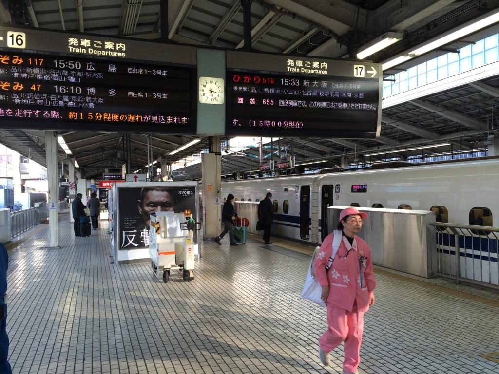 Wszystkie tablice informacyjne pociągów Shinkansen są wyświetlane w języku japońskim oraz angielskim.