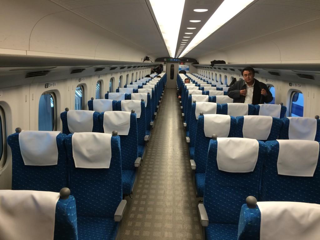 Wewnątrz pociągu Shinkansen serii N700