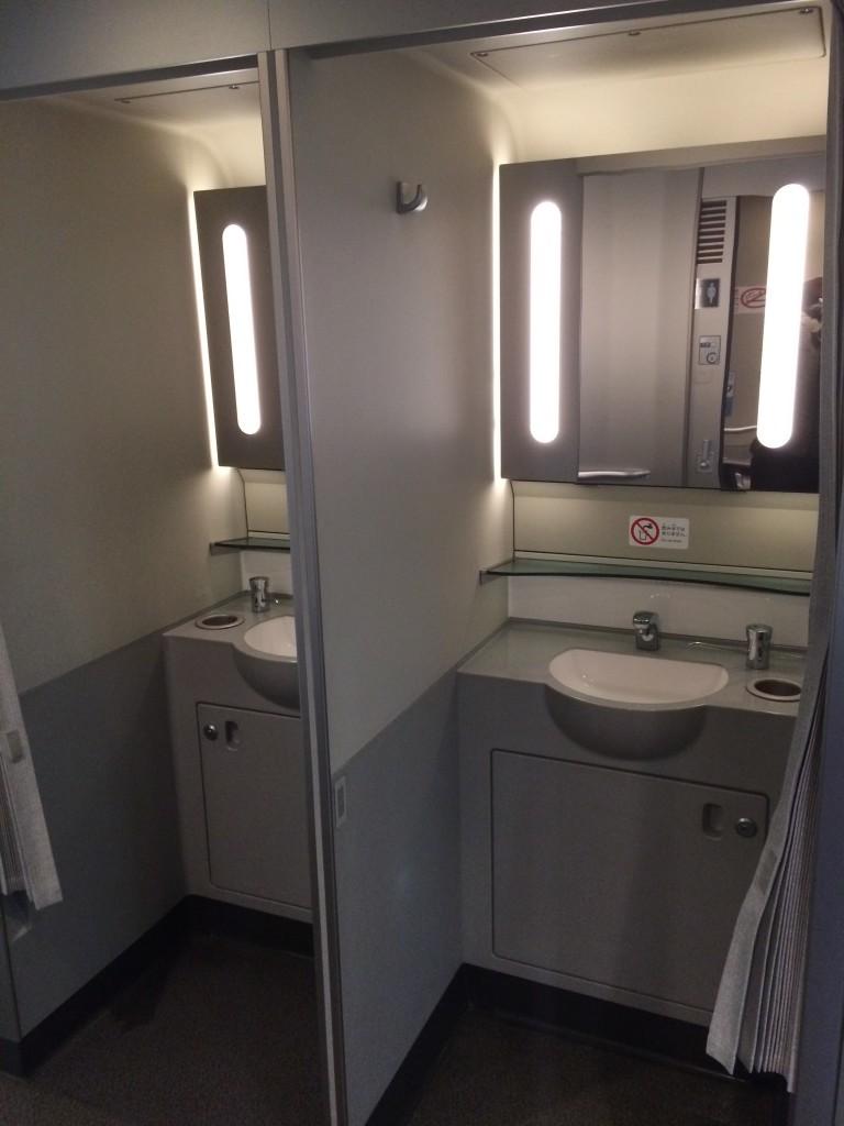 """Pociągowe """"łazienki"""" idealne do odświeżenia się i umycia rąk."""
