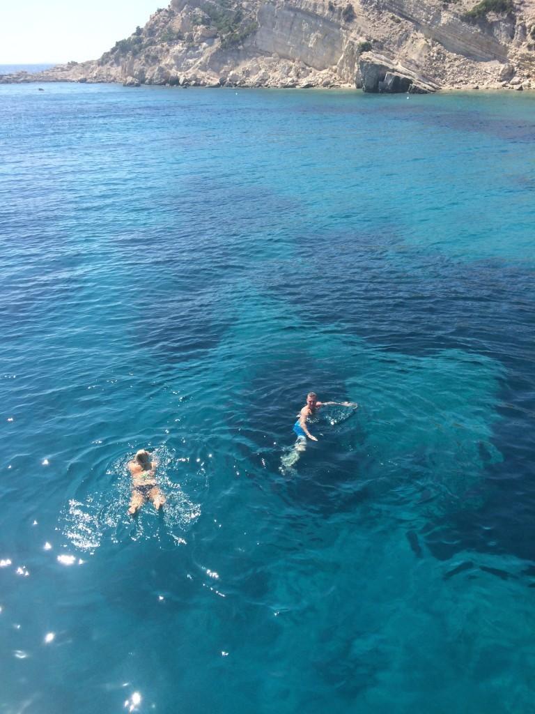 Kąpiel w takiej krystalicznej i ciepłej wodzie to sama przyjemność. W tym miejscu jej głębokość sięga 10 metrów, co umożliwiło nam skoki do wody z pokładu naszego statku.