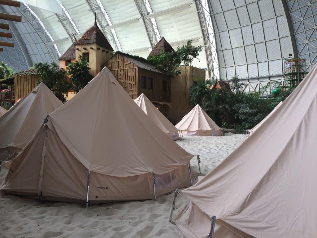 Nocleg w namiotach w hali parku - ciekawa możliwość zostania na noc.