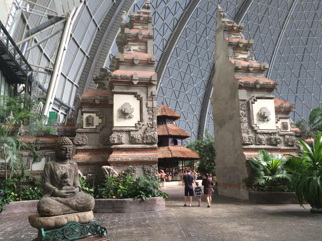 Brama świątyni z Bali - prowadząca do Wioski Tropikalnej. To najwyższa tego typu brama na świecie (13,80 metrów) - oczywiście poza wyspą Bali, gdzie znajduje się jej pierwowzór. Na Bali podobne budowle zaznaczają wejścia do świętych miejsc. Otwarte wrota bramy symbolizują rozdarte na pół Wzgórze Bogów.