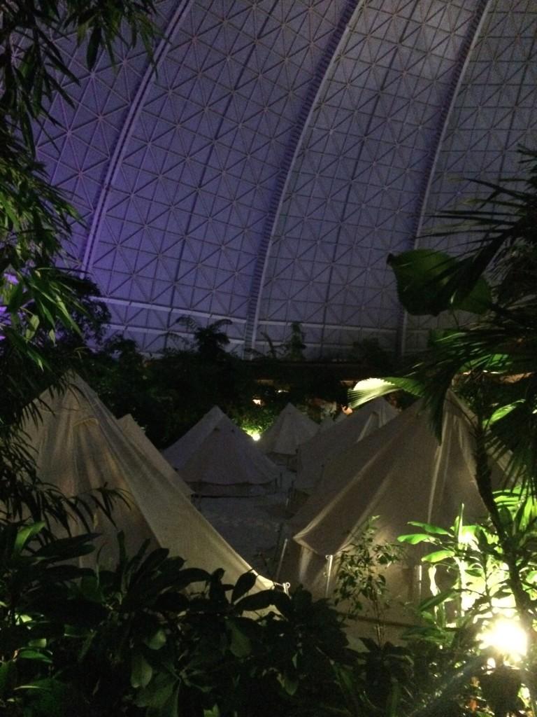 W namiotach nie ma elektryczności, ani światła. Jest za to czujka wykrywająca dym, ponieważ na terenie całego parku jest zakaz palenia - możemy palić jedynie w specjalnej strefie Moody Lounge.