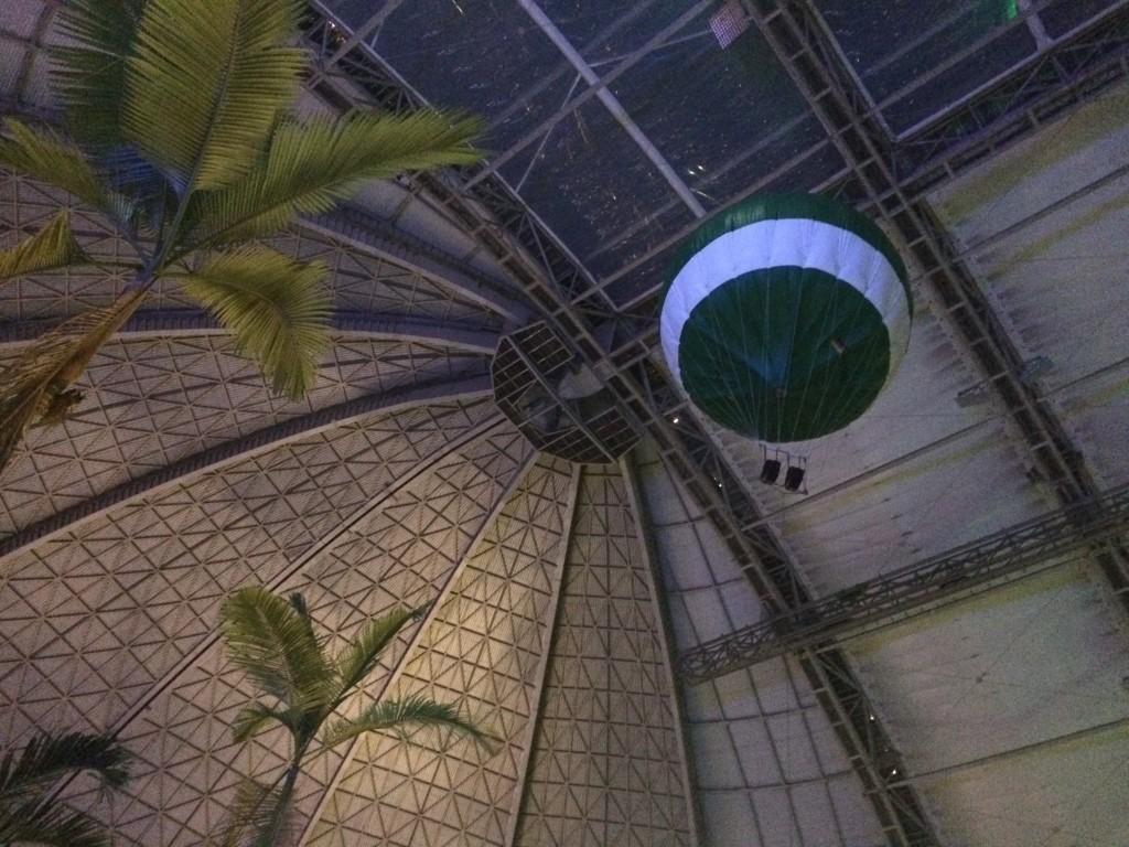 Lot Balonem to jedna z dodatkowo płatnych atrakcji. Mamy do wyboru 2 loty balonem. Balon na linie - 14 euro za 10 minut - jest to balon unoszący się w jednym miejscu. Balon z koszem - 29 euro - jest to balon, który zabierze nas w powietrzny spacer po całej hali.