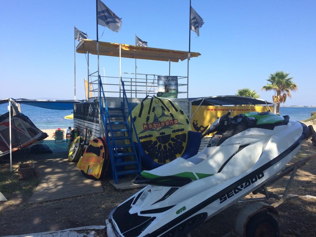 Ubogie centrum sportów wodnych na plaży miejskiej w Kos
