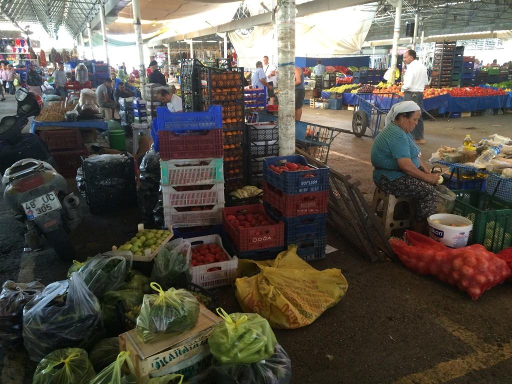 Lokalny targ z warzywami i owocami to świetne miejsce na tanie i zdrowe zakupy.