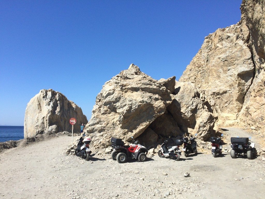 Do tego miejsca można dojechać skuterem bądź quadem - za skałami znajduje się czarna plaża oraz termy