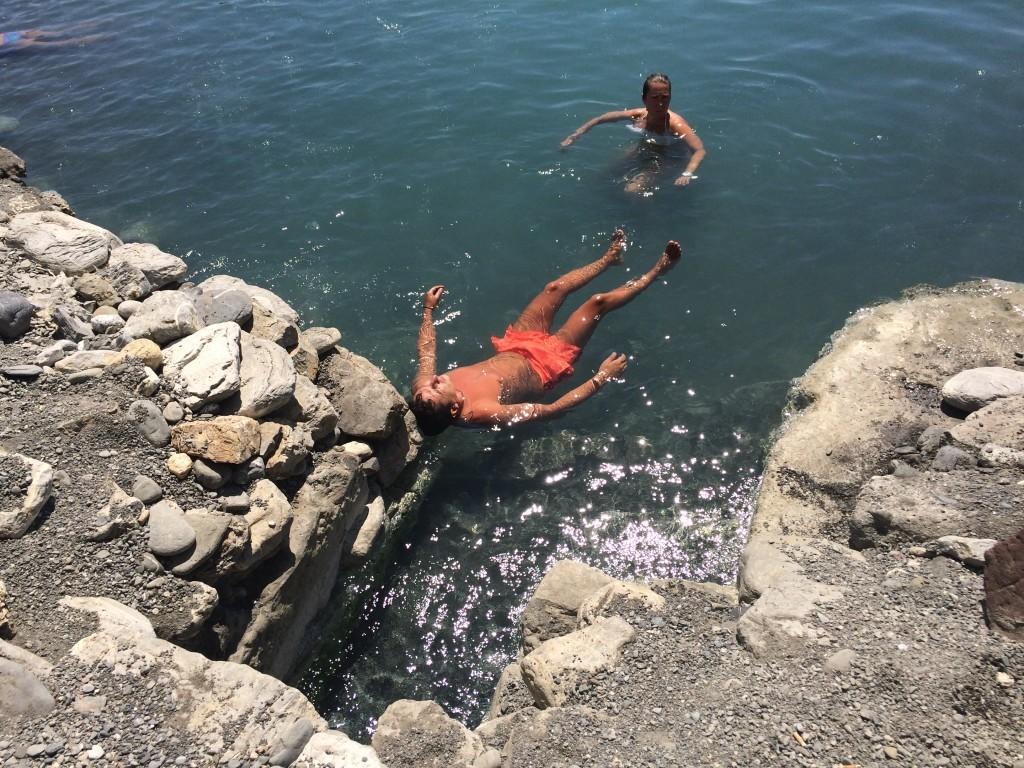W tym miejscu woda jest najgorętsza - osiąga nawet 50 stopni Celsjusza. Ten Pan, który tutaj pływa to prawdziwy hardcore :)