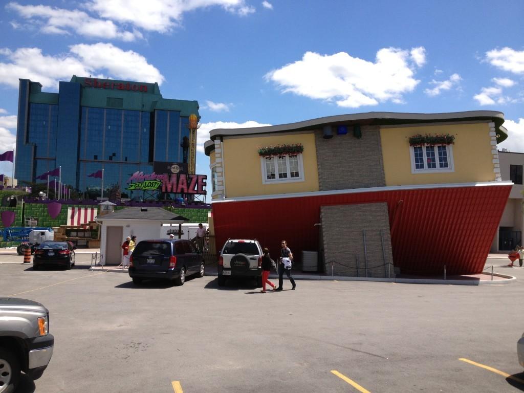 Jedna z atrakcji miasteczka Niagara Falls- odwrócony domek.