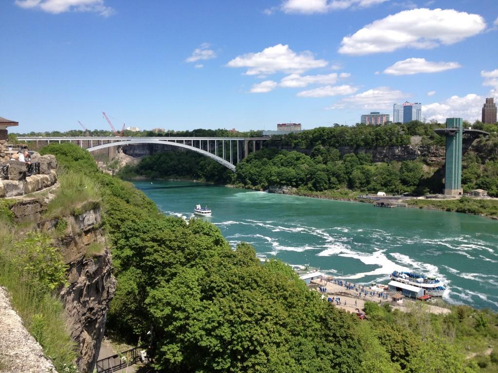 Po lewej Most Tęczowy, po którym spacerkiem możemy znaleźć się w USA. Po prawej amerykańskiej stronie balkon widokowy Observation Tower.