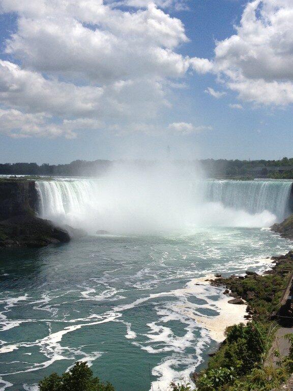 Niagara Falls – jego właściwa nazwa to Horseshoe Falls, co oznacza Wodospad Podkowa - potężny na 53 m wysokości i 790 m szerokości.