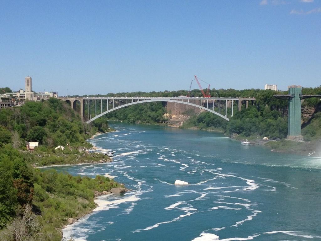 Most Tęczowy łączący Kanadę z USA.