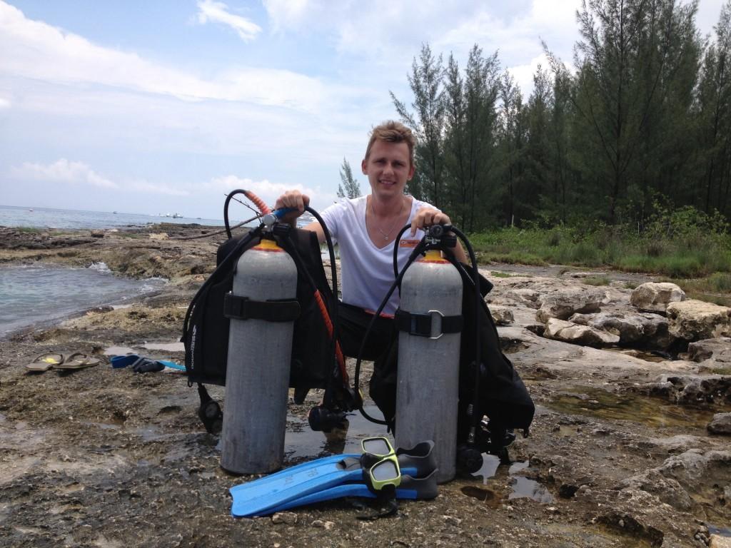 Przygotowywanie do nurkowania w rafie koralowej meksykańskiej wyspy Cozumel.