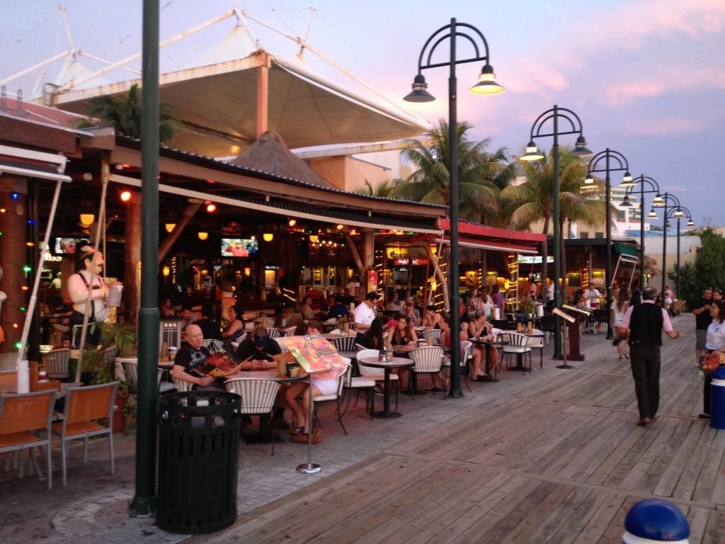 La Isla - sztuczna wyspa z dużą ilością restauracji i sklepów znajdująca się w Zona Hotelera w Cancun.